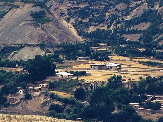 Nice houses on the Afghan side. No doubt the result of innovative farming methods.