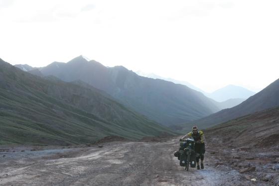 Climbing to the Taji border from Sary-Tash